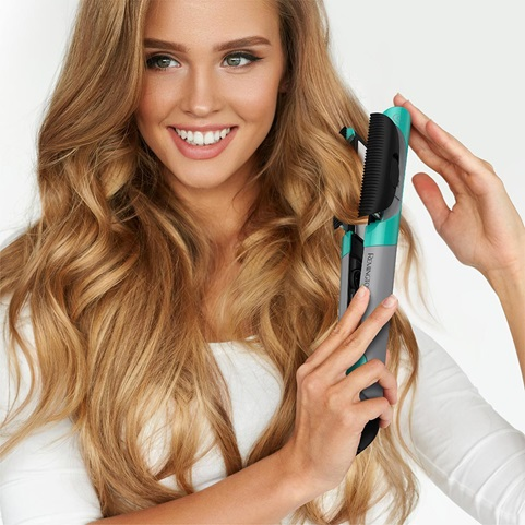 Woman with wavy hair using the S6600F Ultimate Stylist 4-in-1 Multi-Styler